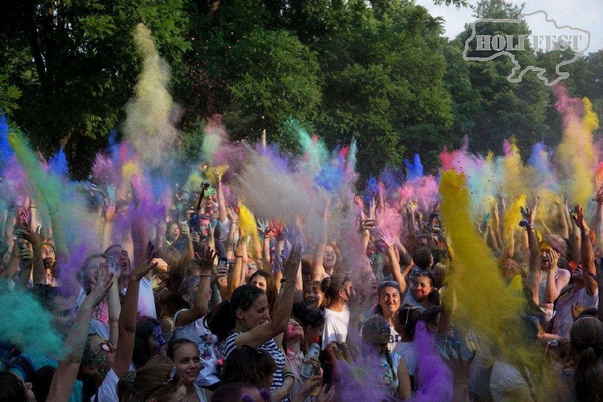 День молодежи с красками Холи
